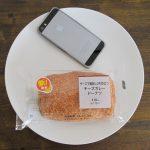 ファミリーマートの「チーズで美味しさ引き立つチーズカレードーナツ」