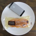 ファミマ・サークルKのコンビニパン「コッペパン黒みつ&きなこクリーム(ぎゅうひ入り)」