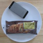 ファミリーマートのコンビニパン「ブルーベリーとクリームチーズのフランスパン」