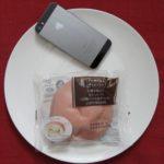 ファミリーマートのコンビニパン「白桃を味わう もちっとパン(白桃ジャム&ホイップ)」