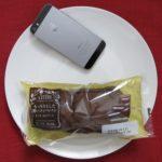 ローソンのコンビニパン「もっちりとした黒いコッペパン クッキー&クリーム」