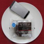 ファミリーマートのコンビニパン「もっちりとしたマシュマロクリームをサンドしたブラウニーケーキ」