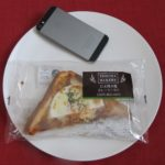 ファミリーマートのコンビニパン「目玉焼き風カレートースト」