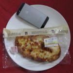 セブンイレブンのコンビニパン「こんがり3種チーズのもっちりパン」