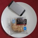 ファミリーマートのコンビニパン「クランベリー&チーズクリームパン」